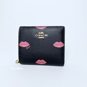 COACH  SNAP WALLET WITH LIPS PRINT
